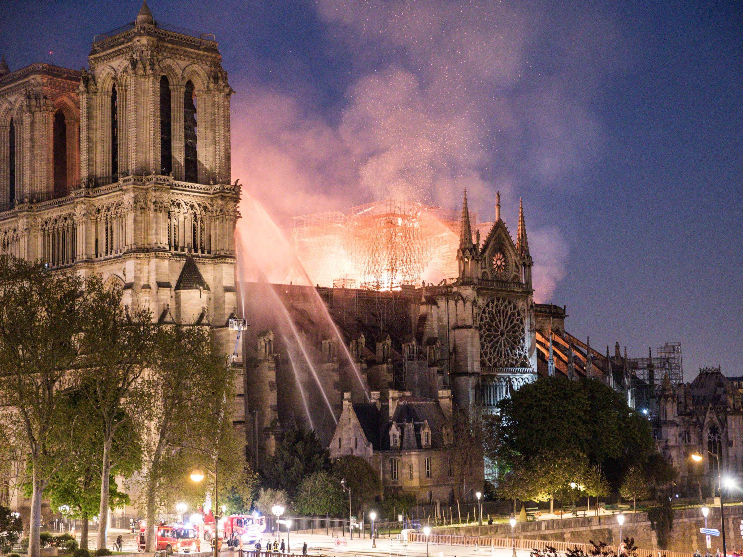 photos. incendie notre dame paris les images stupefiantes des degats interieur cathedrale - Ecos de Paris II, O Fantasma das nossas Óperas, Paris está a arder