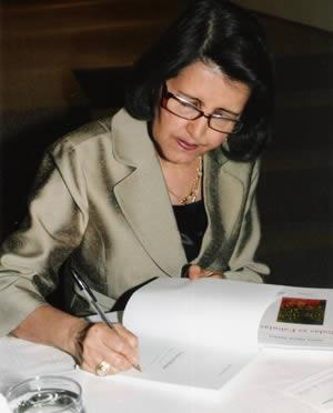 Sonia Maria Santos Autografando - Rondando as fronteiras do Sagrado